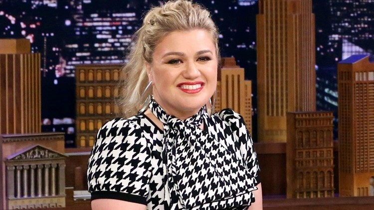 Kelly Clarkson Spotted Without Wedding Ring After Filing For Divorce Whas11 Com