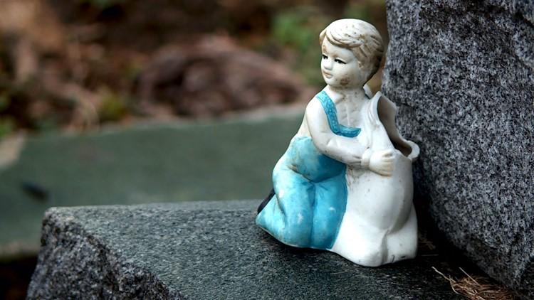 Broken figurine on gravestone in Eastern Cemetery