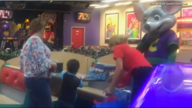 After a mother invited nearly 30 kids to her four-year-old son's birthday party and no one showed up, employees at a Chuck-E-Cheese took action!.